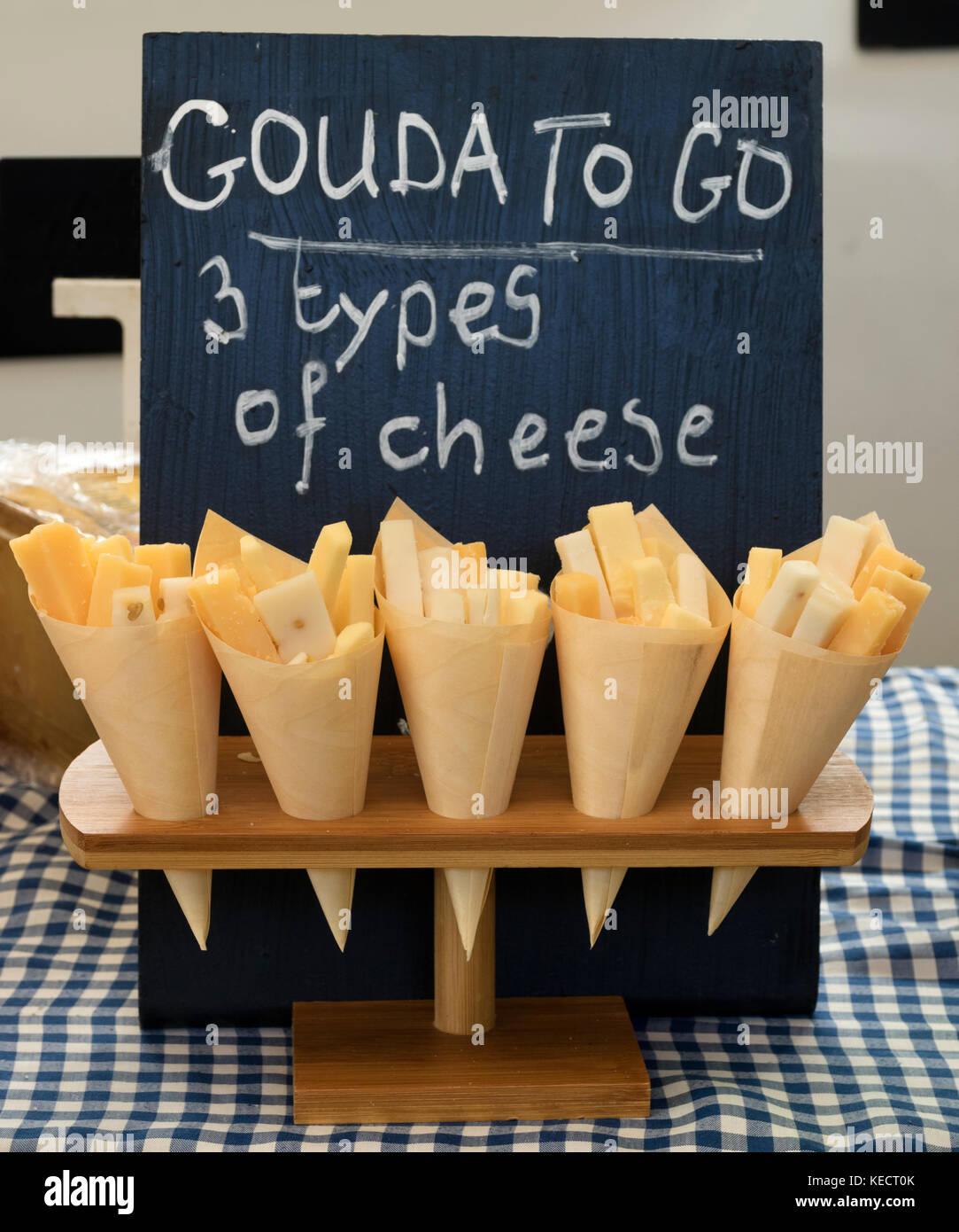 Amsterdam, Pays-Bas - 23 septembre 2017: les sacs avec trois différents types de fromage, au goût Photo Stock