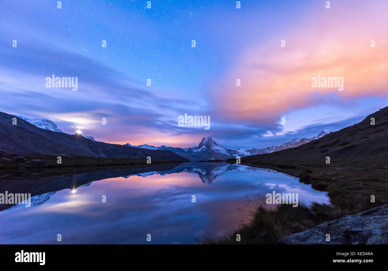 Vue de nuit, ciel étoilé, enneigées matterhorn reflétée dans le sellisee, Valais, Suisse Photo Stock