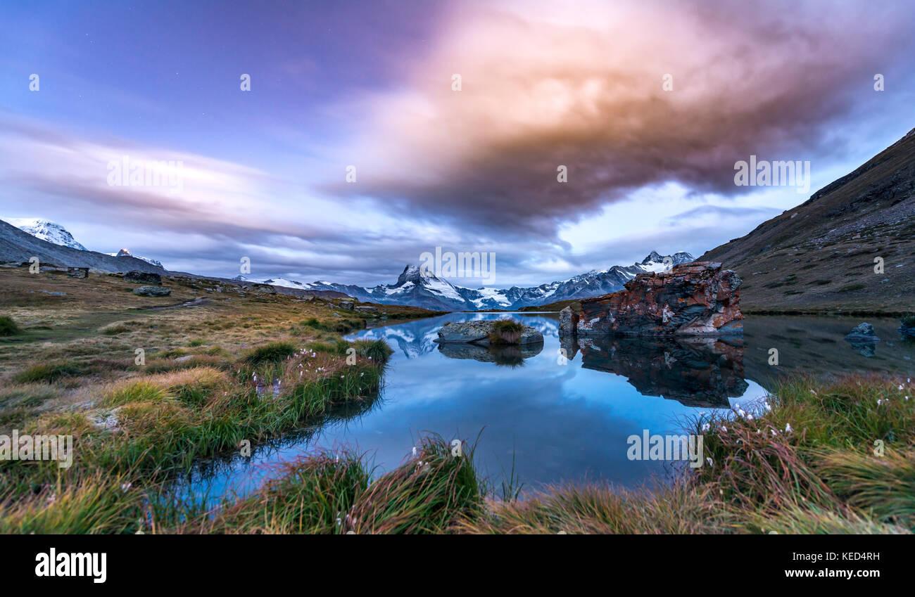 Dawn, enneigées matterhorn reflétée dans le sellisee, Valais, Suisse Photo Stock