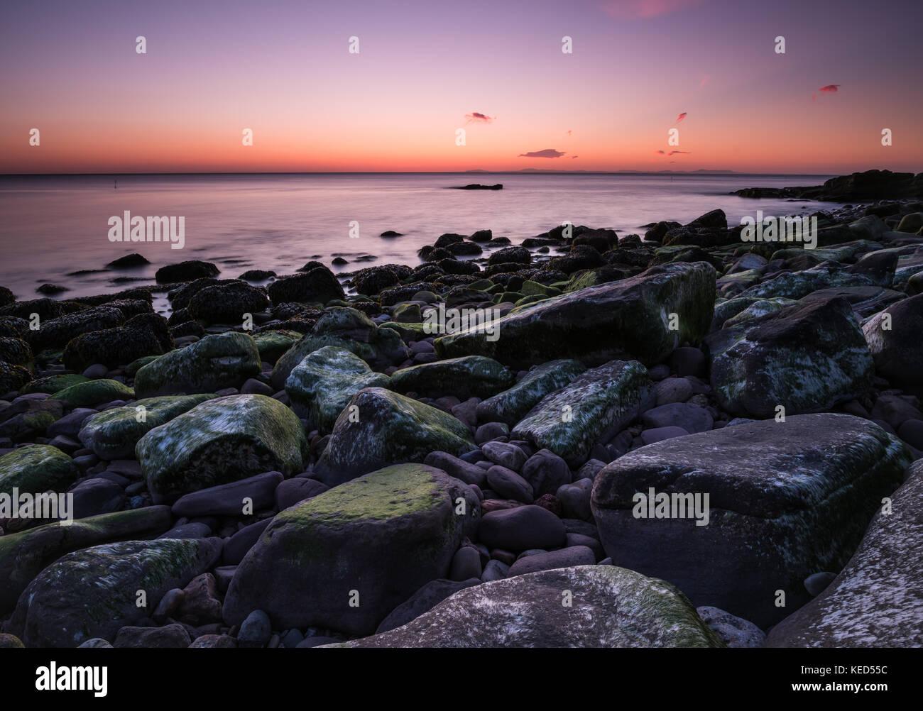 Certaines couleurs étonnante que le crépuscule tombe sur la côte de Cumbria Photo Stock
