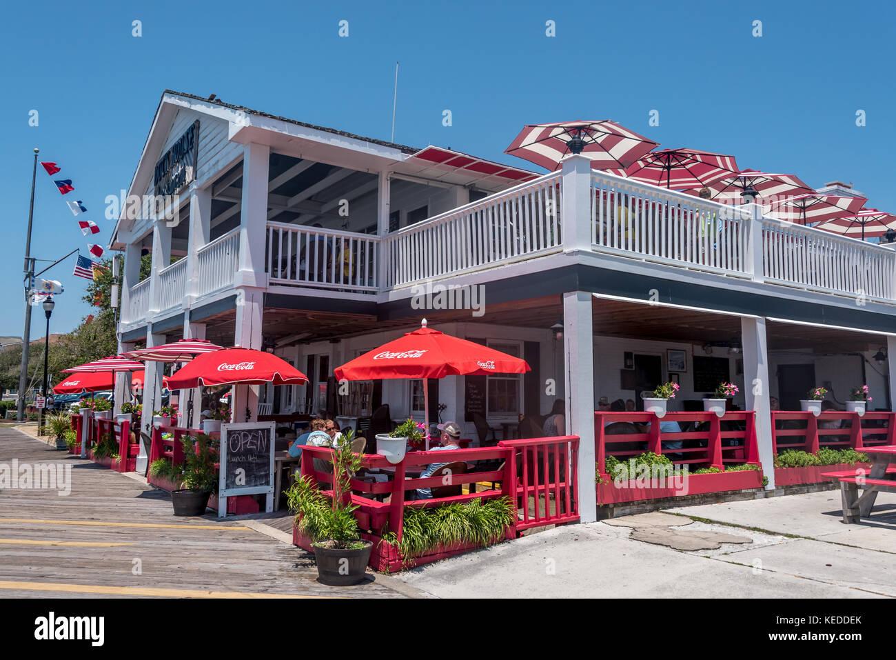 Le Dock House restaurant sur le front de mer de Beaufort sur la Crystal Coast de Caroline du Nord, avec des parapluies Photo Stock
