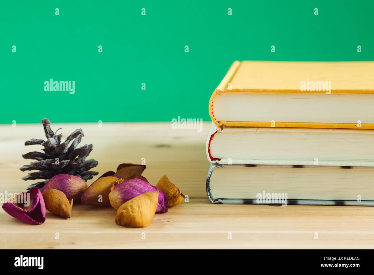 Livres Avec Des Ptales De Rose Sec Sur Un Bureau En Bois Photo Stock
