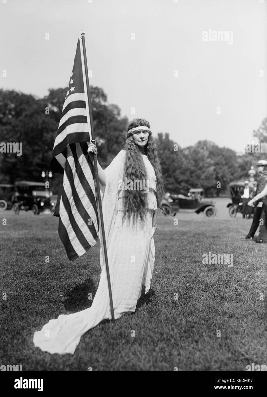 Femme avec le drapeau américain, quatrième de juillet, fête, l'ellipse, Washington DC, USA, Harris Photo Stock