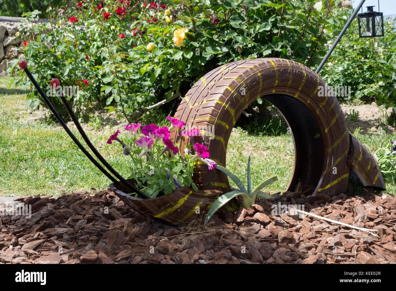 Pot De Fleur Avec Des Pneus pneu recycl� utilis� comme cache-pot banque d'images, photo