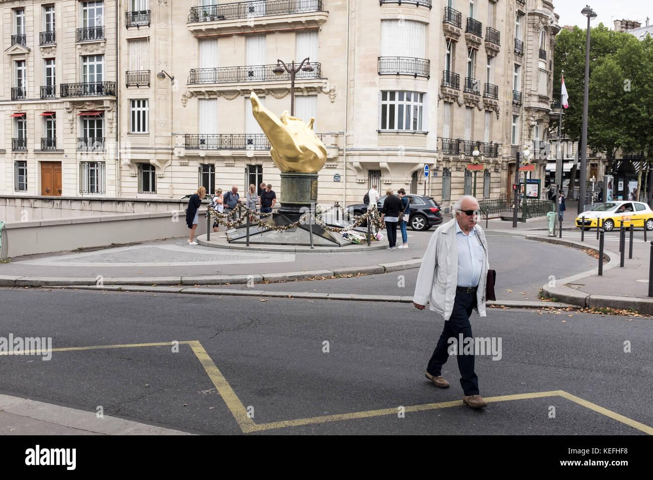 Visiteurs autour de la flamme de la liberté, à Paris, France Banque D'Images