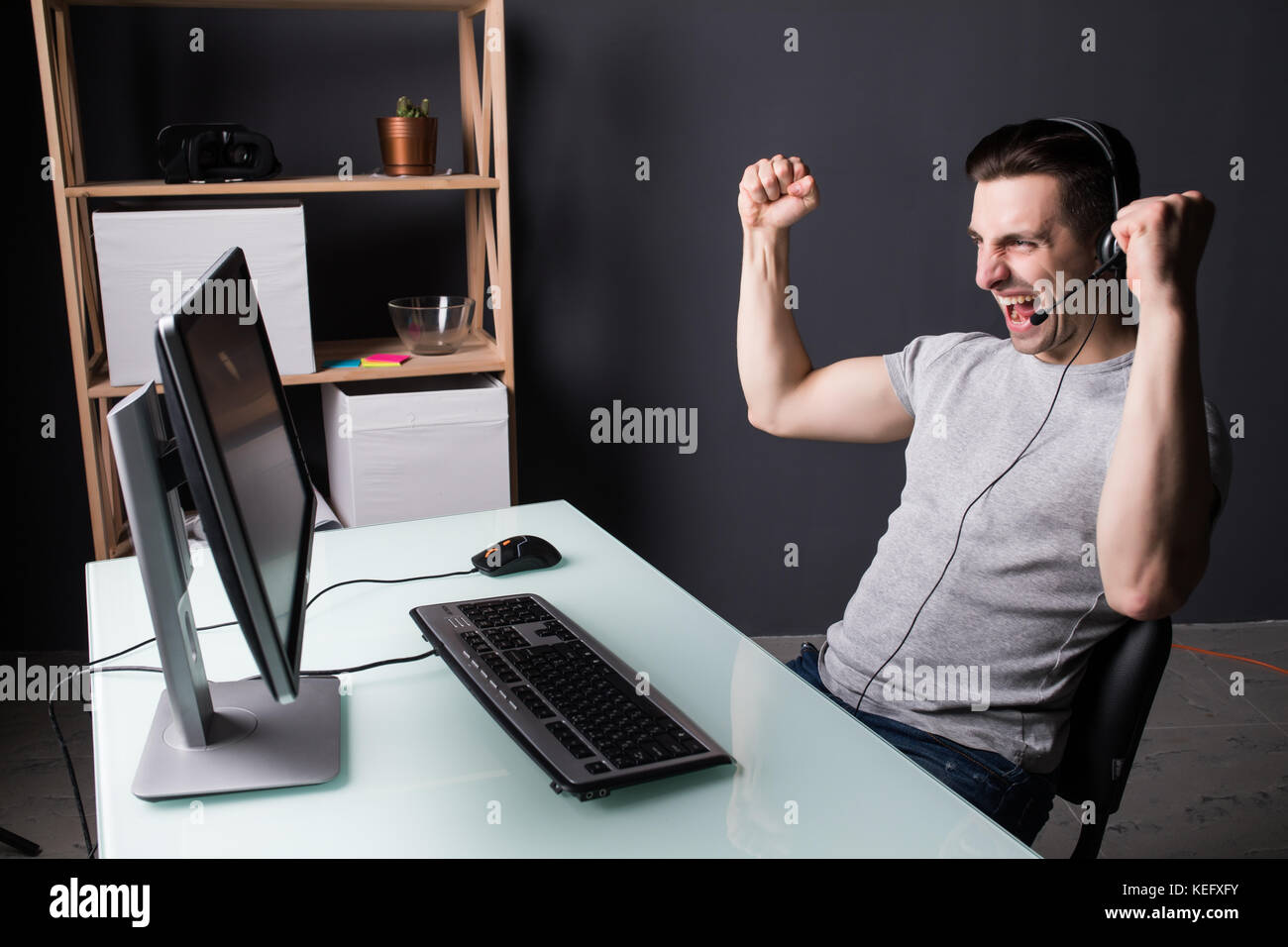 Homme heureux gagnant euphorique à laide dun pc dans un bureau à