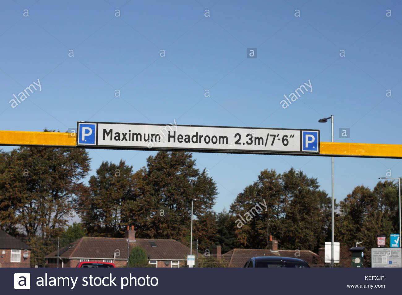Puissance maximale sur l'inscription de la limitation de hauteur du parking Barrière, UK Photo Stock