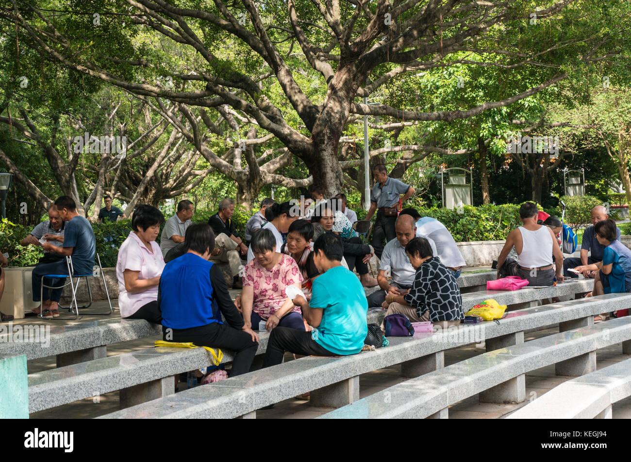 Les personnes âgées des cartes à jouer dans un parc à Shenzhen, province de Guangdong, Chine Photo Stock