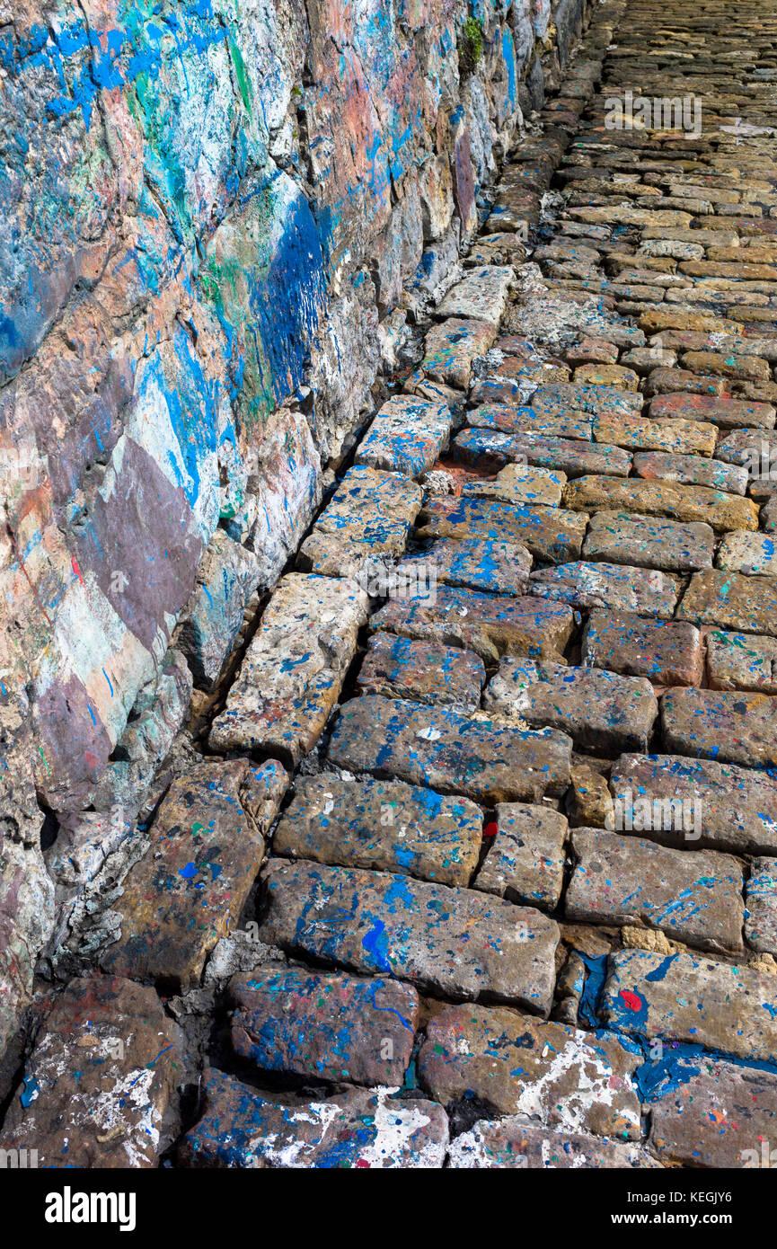 La peinture abstraite des éclaboussures de couleurs où les bateaux peints par sea wall dans port de Castro Urdiales, Cantabria, ESPAGNE Banque D'Images