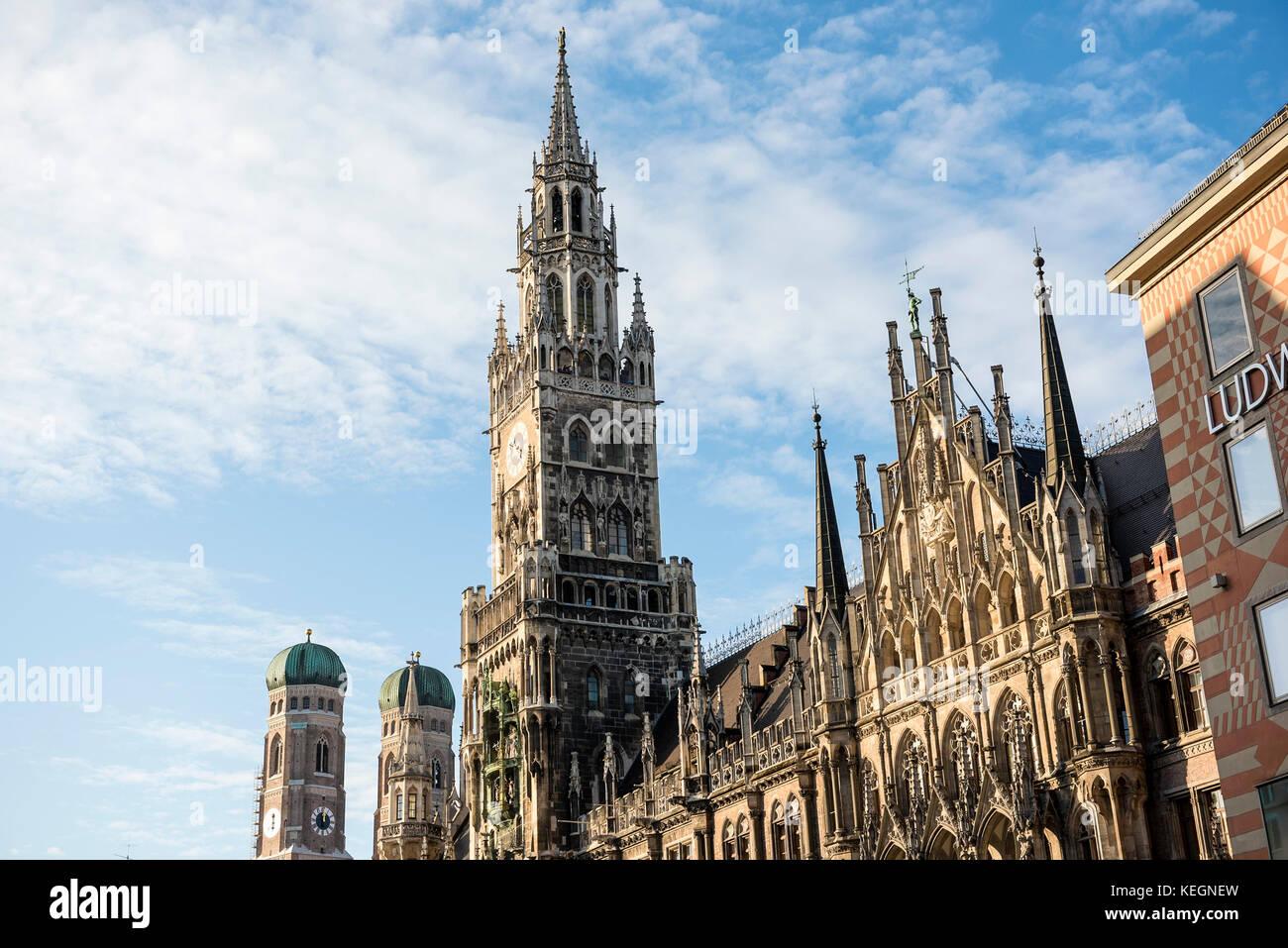 La Marienplatz mit Rathhaus und Frauenkirche, Munich, Bavière, Allemagne Photo Stock