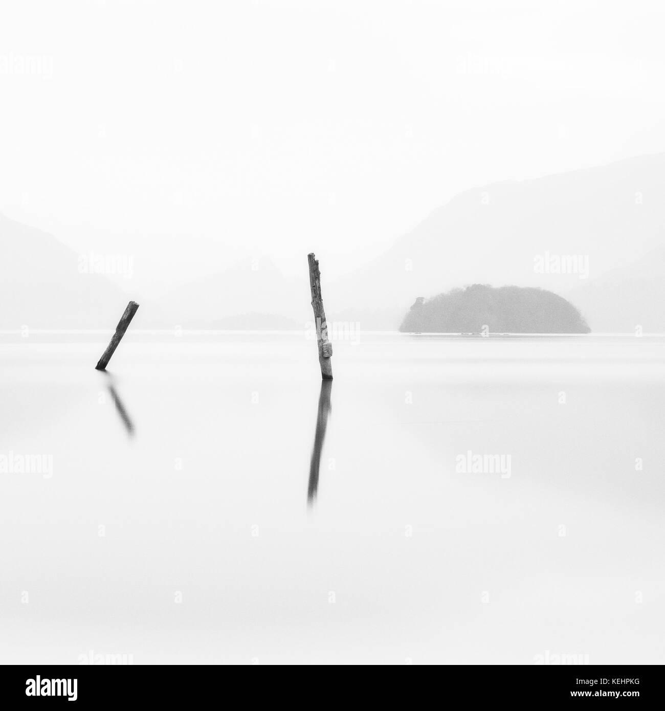 Deux postes Derwentwater Foggy Lake District méditation calme paisible Banque D'Images