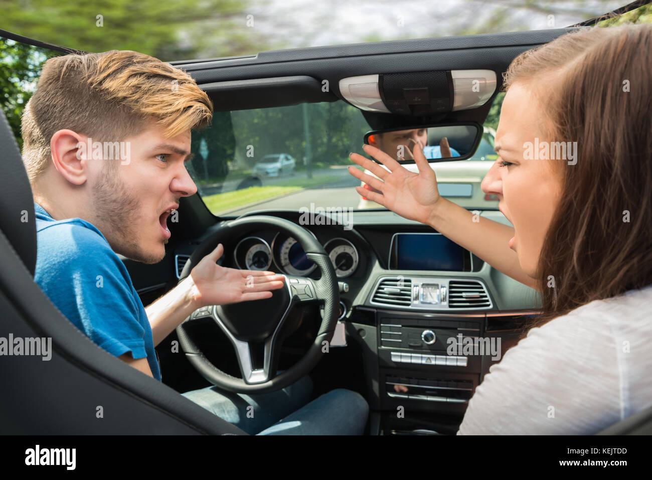 Malheureux jeune couple se disputer dans une voiture Photo Stock