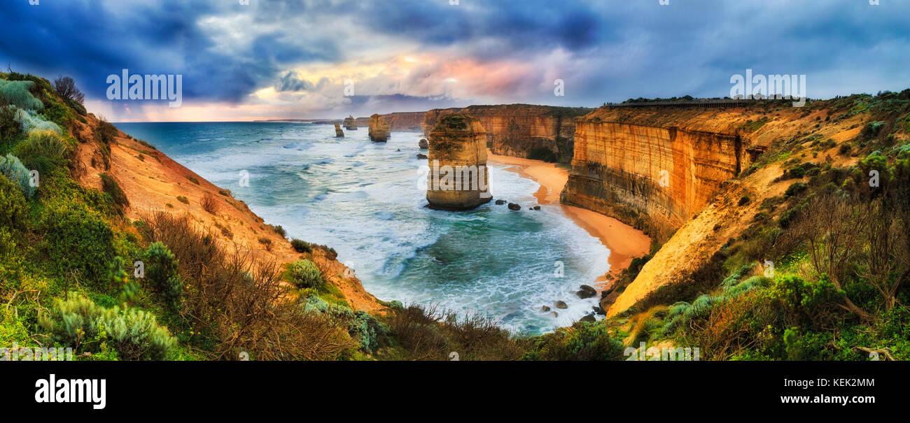Coucher de soleil coloré orageux sur douze apôtres parc marin sur Great Ocean Road lookout de calcaire Photo Stock