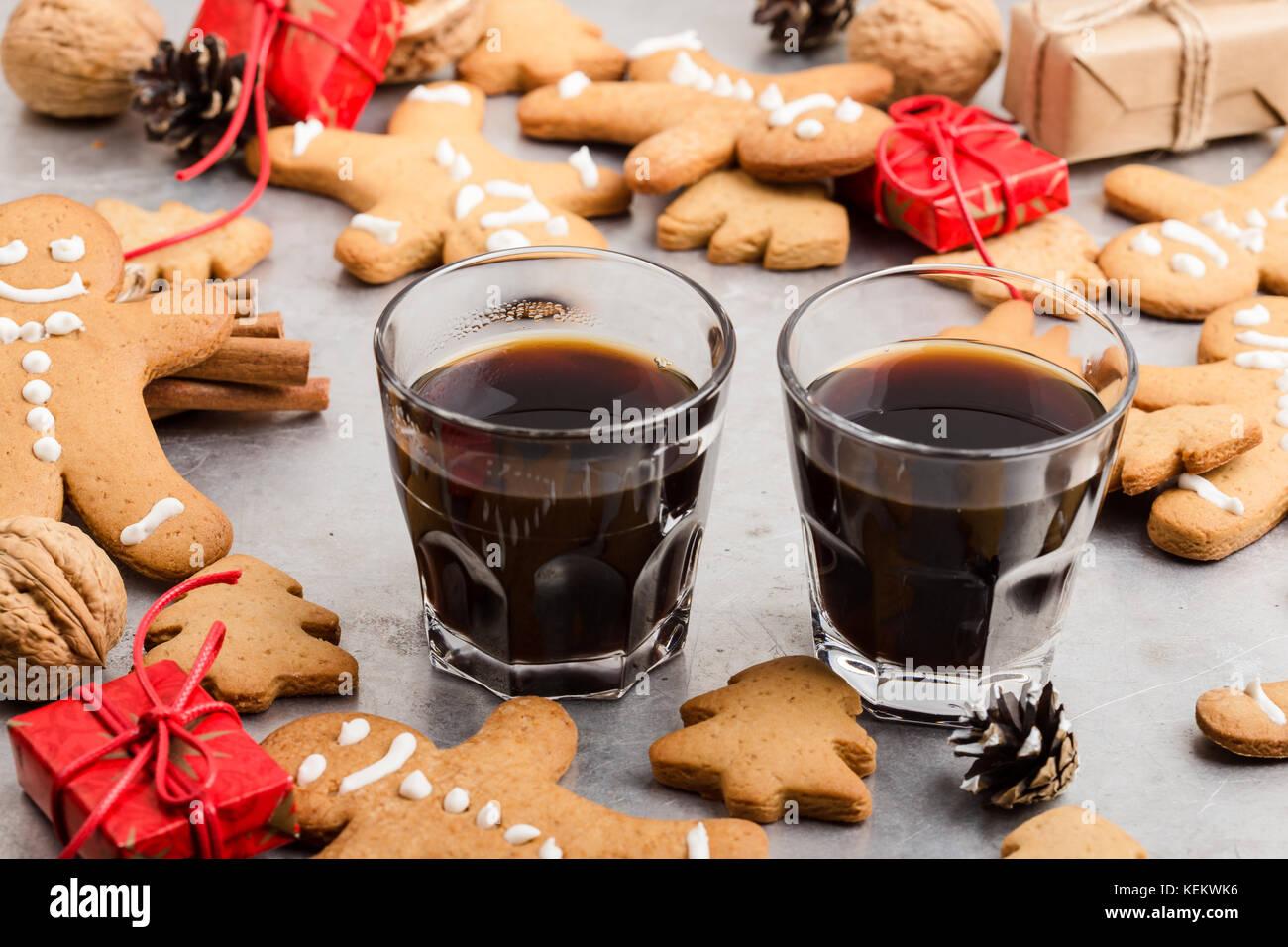 Trois verres de café noir et gingerbread cookies sur fond gris avec copie espace (vue de dessus). Noël Photo Stock