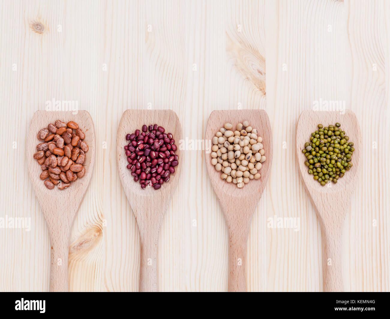 Assortiment de haricots et lentilles en cuillère en bois sur fond de bois. Le soja, haricot mungo , haricot Photo Stock