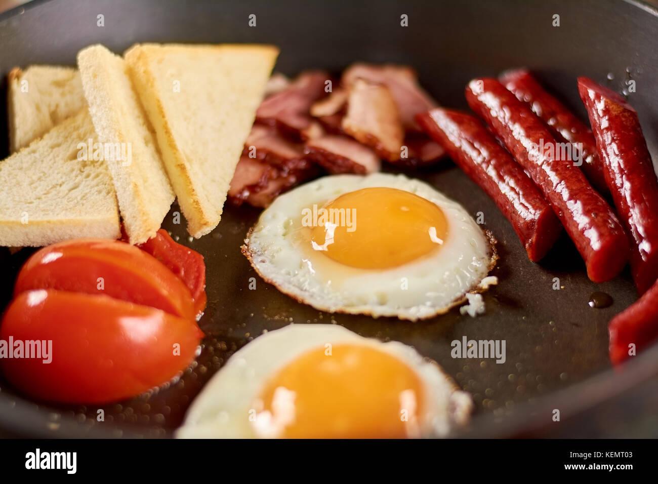 Le petit déjeuner anglais complet dans le moule. petit-déjeuner anglais complet dans le moule avec les œufs, saucisses, Banque D'Images