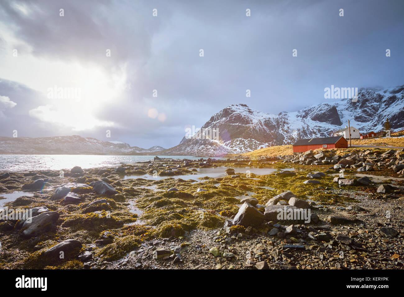 Maison Rouge rorbu et fjord en Norvège Photo Stock