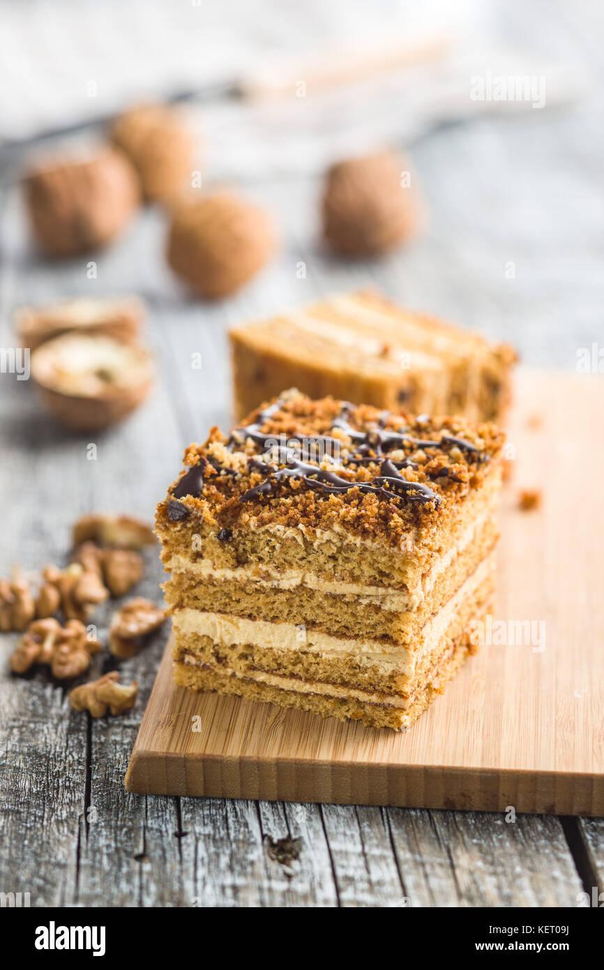 Gâteau aux noix et miel sur la vieille table en bois. Photo Stock