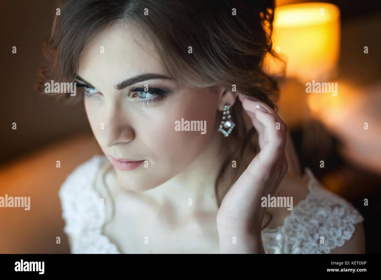 Jeune épouse de se préparer pour le mariage Photo Stock