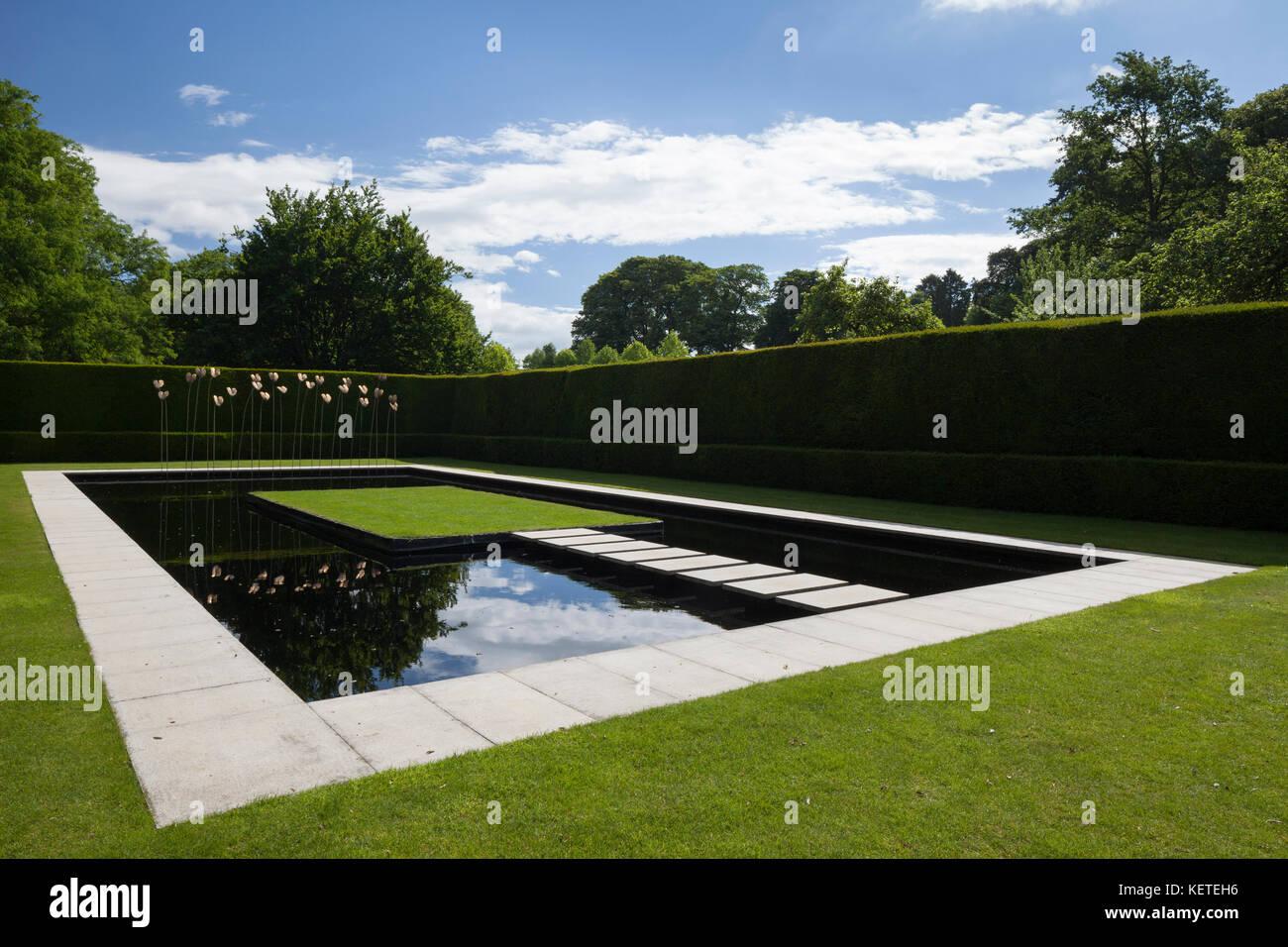 le jardin d 39 eau contemporain avec l 39 art moderne sculpture est clos par des haies d 39 ifs. Black Bedroom Furniture Sets. Home Design Ideas