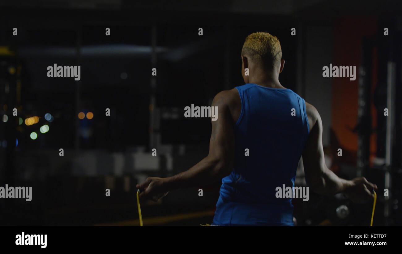Portrait d'un boxeur avec saut à la corde à sauter. athlétique, musclé jeune boxer torse Photo Stock