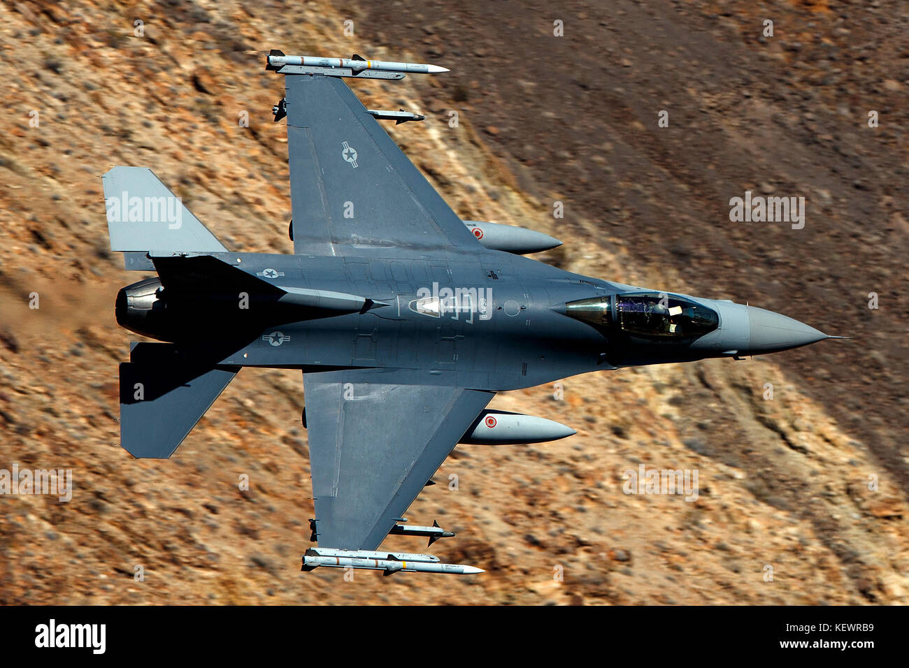 United States Air Force General Dynamics F-16C Fighting Falcon (88-0438) de la Garde nationale aérienne du Dakota du Sud vole faible niveau à travers la transition de Jedi, Star Wars Canyon, Death Valley National Park, California, United States of America Banque D'Images