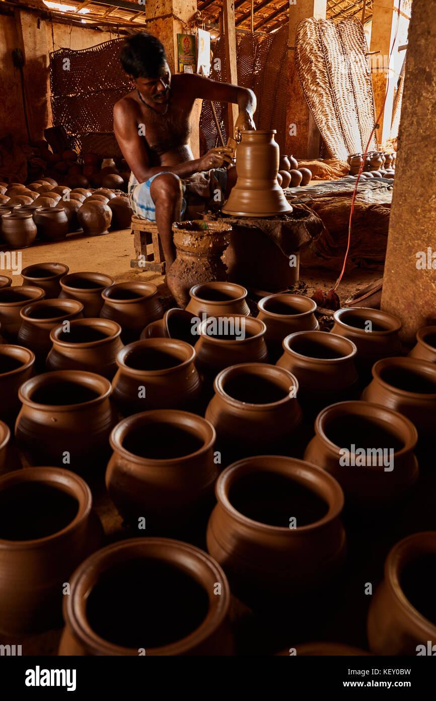 Mains de faire de pot en argile sur la roue de poterie ,sélectionner focus, close-up. potter élaborer le pot en argile terre cuite sur papule, dame helpers en terre cuite Banque D'Images