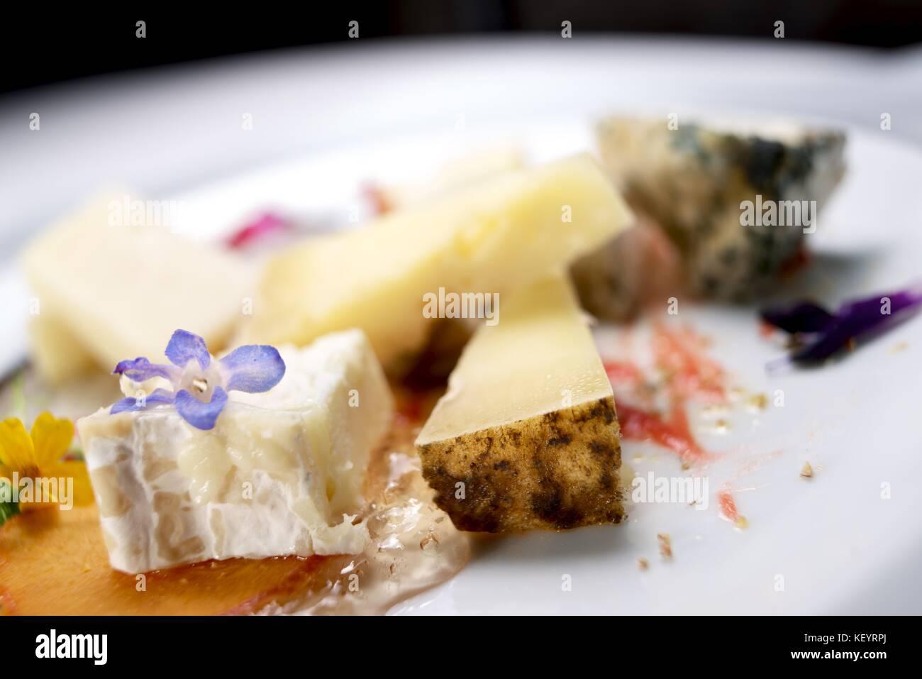 Beaucoup de variétés de fromage sur un tableau blanc. Photo Stock