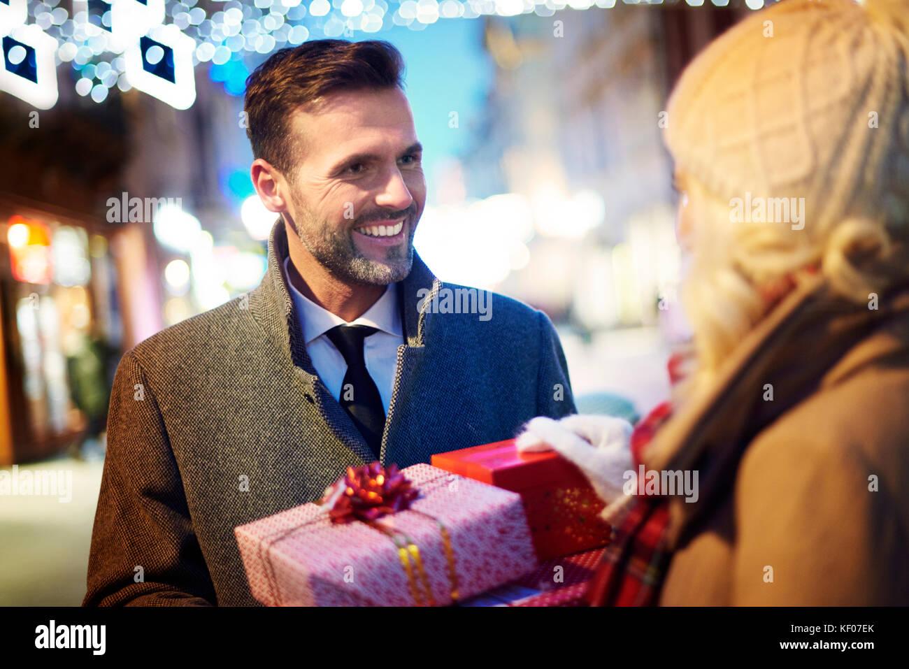 Homme Femme surprenant avec des cadeaux inattendus Photo Stock