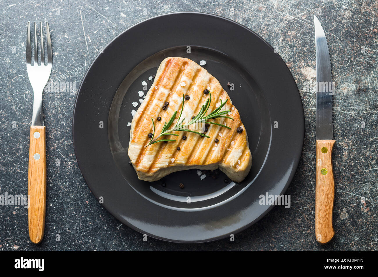 Steak de thon grillé sur plaque. Photo Stock