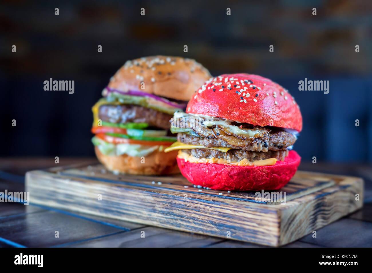 Deux différents burgers restaurant sur planche de bois Photo Stock