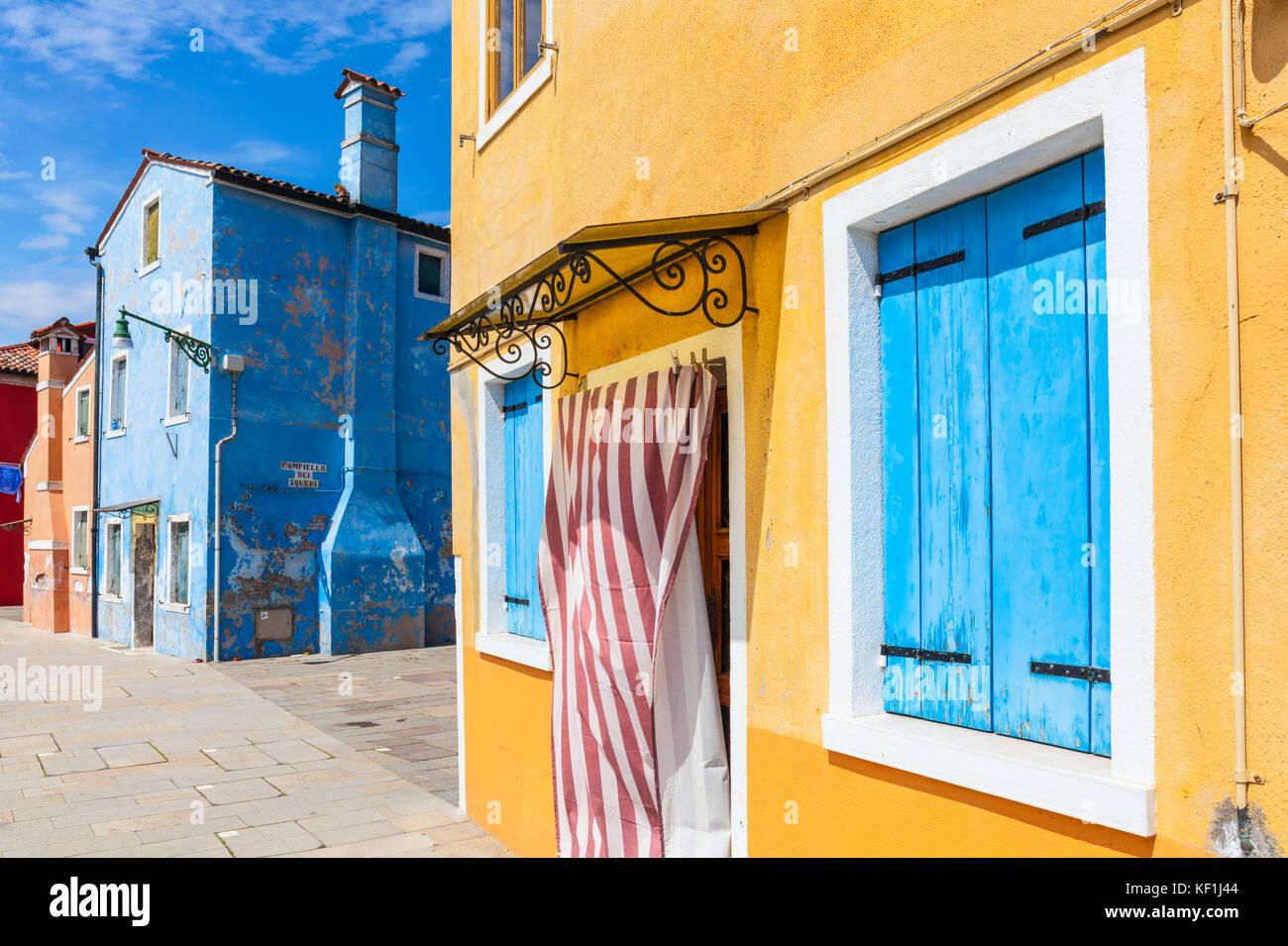 Venise ITALIE VENISE maisons de pêcheurs peint jaune ou bleu chambre avec porte en bois volets bleus Ile de Photo Stock