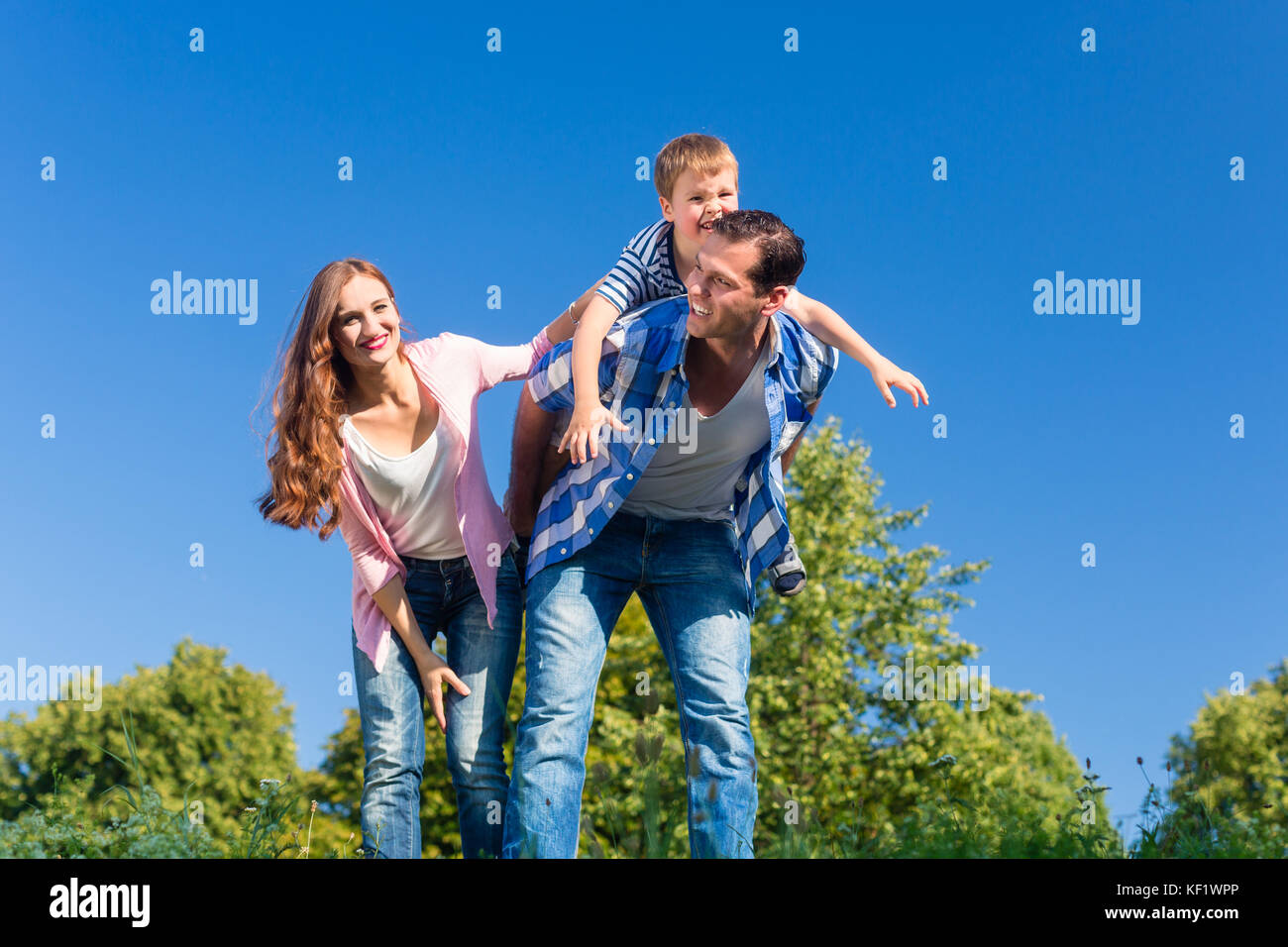 Daddy carrying son piggyback sur son dos Photo Stock