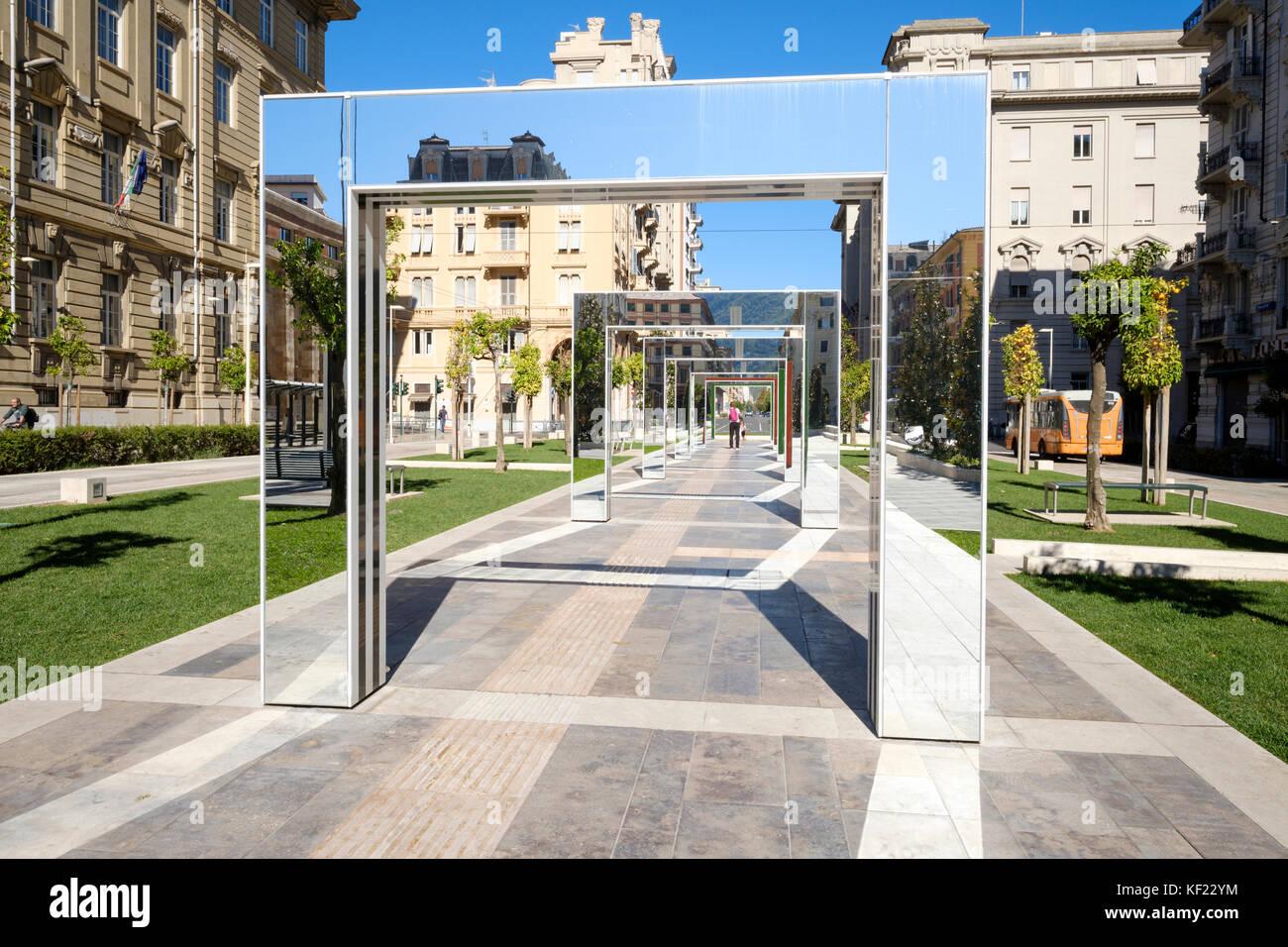Structures miroir par Daniel Buren sur la piazza Verdi à la Spezia, ligurie, italie Photo Stock