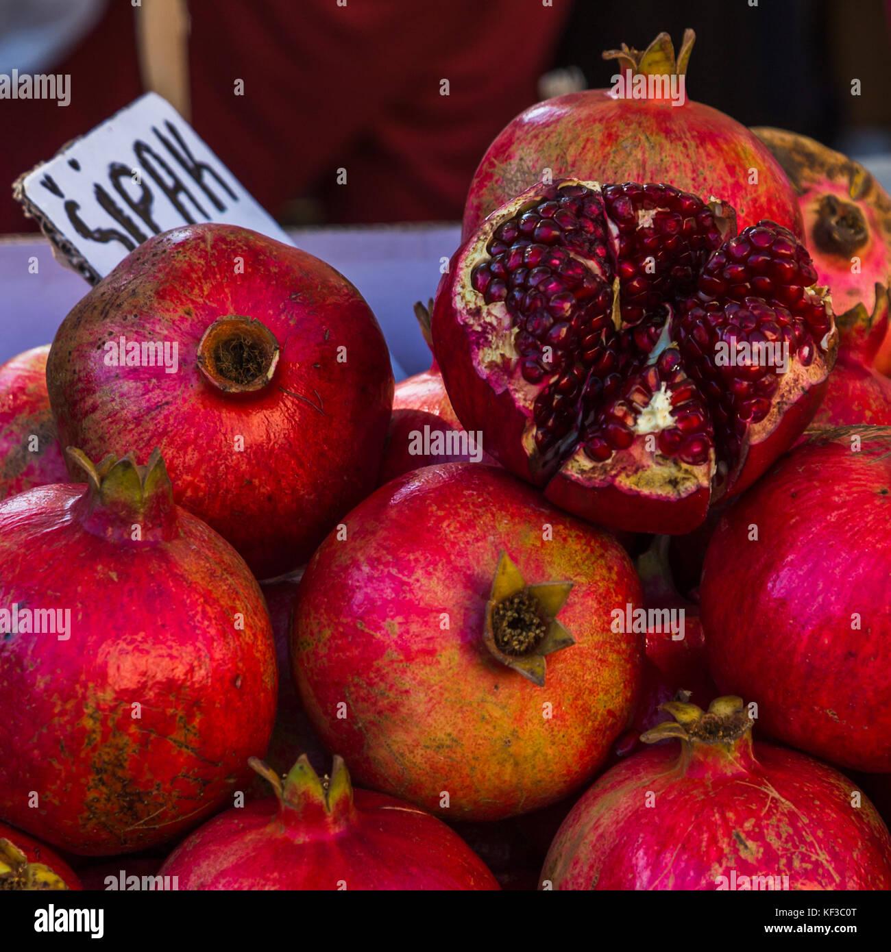 Un carré serré de récolte un tas de fruits de grenade vu sur le marché vert à Split, la Photo Stock