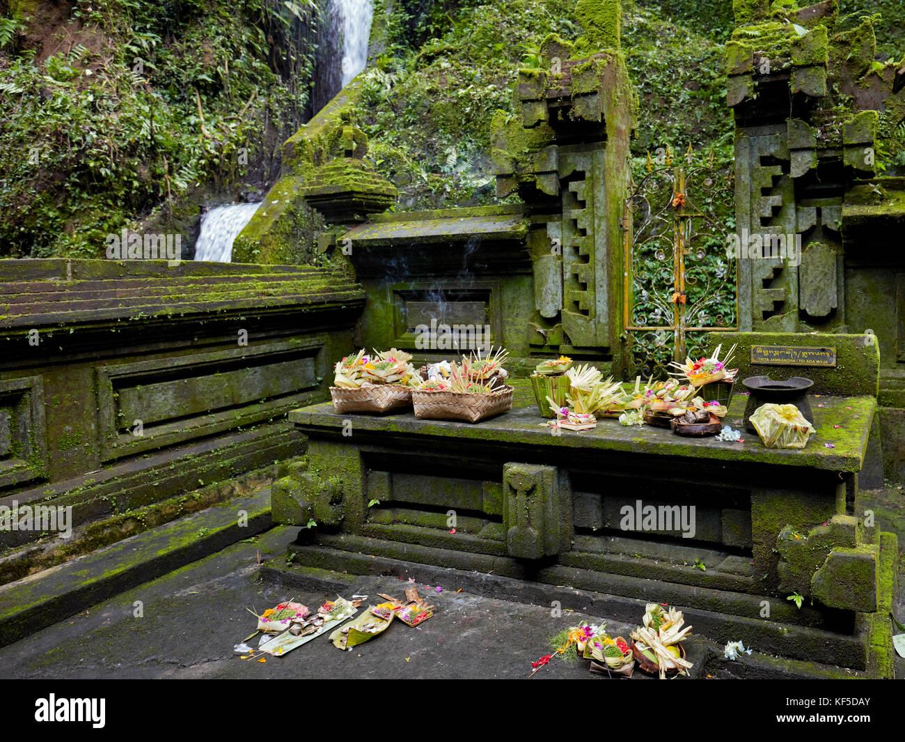 Autel avec des offrandes dans le Temple Mengening. Tampaksiring, Bali, Indonésie. Photo Stock