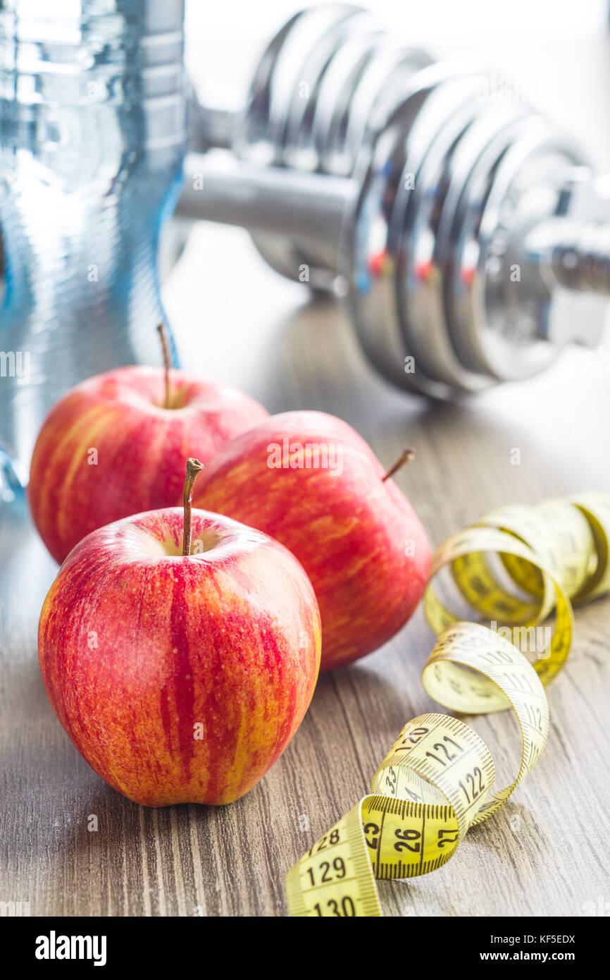 Concept de régime. Apple et mesurer la bande. Photo Stock
