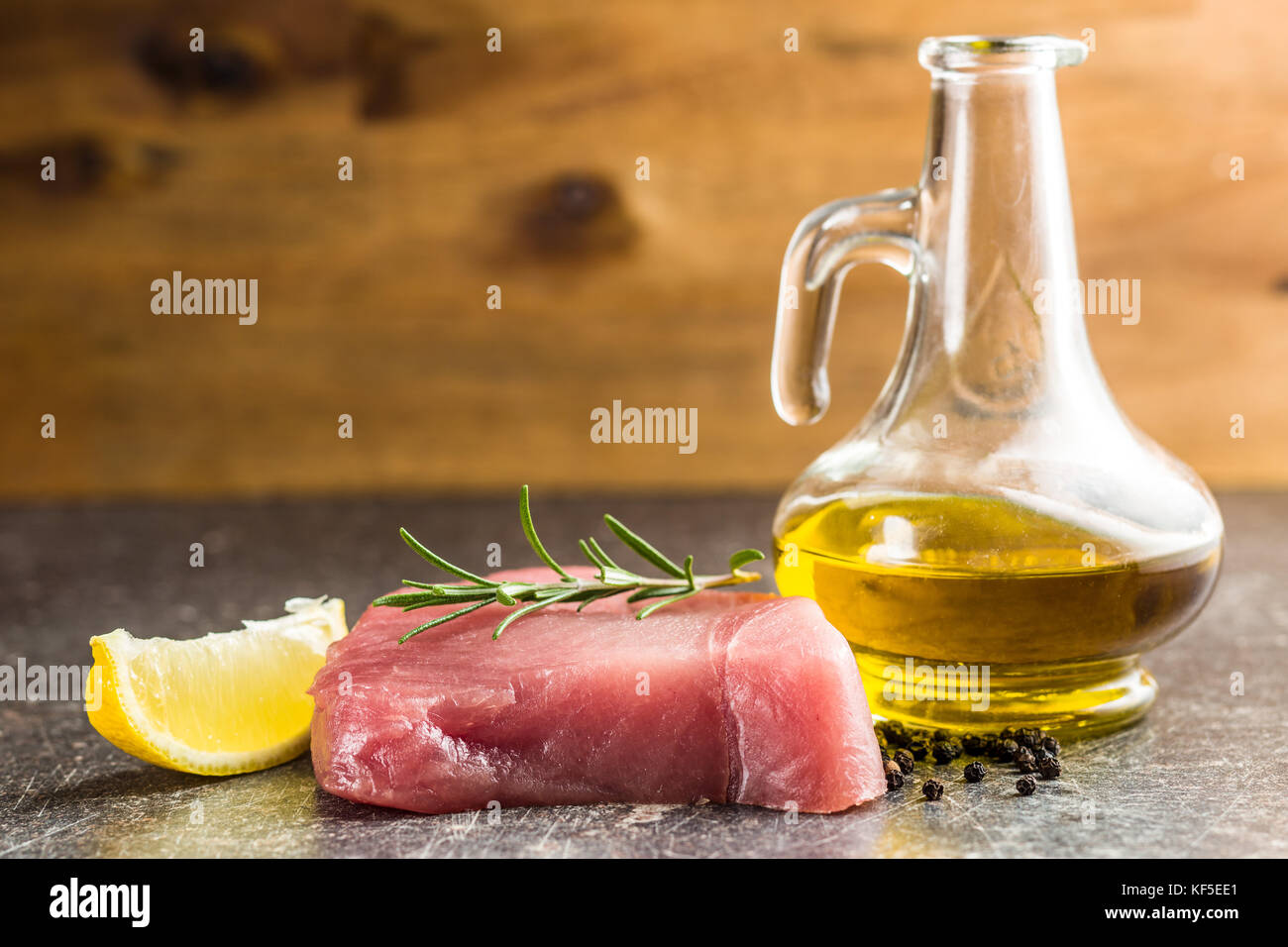 Steak de thon cru frais sur la vieille table de cuisine. Photo Stock