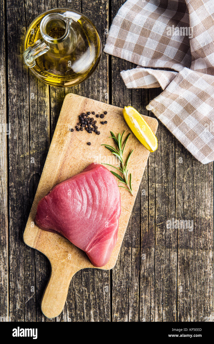 Steak de thon cru frais sur une planche à découper. Photo Stock