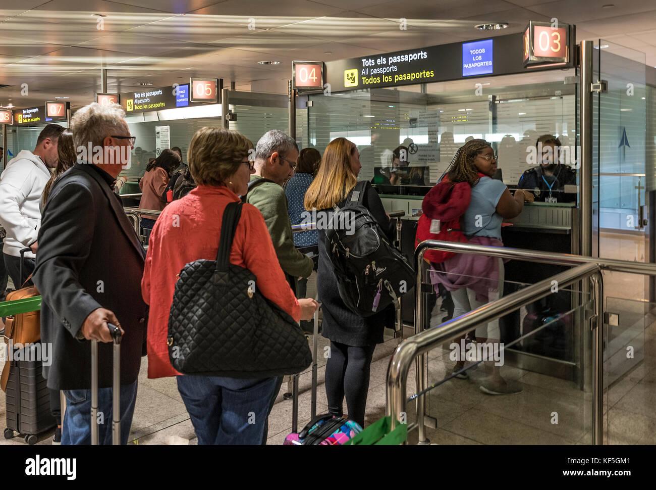 Vérification de sécurité des douanes à l'aéroport de Barcelone, Espagne. Photo Stock