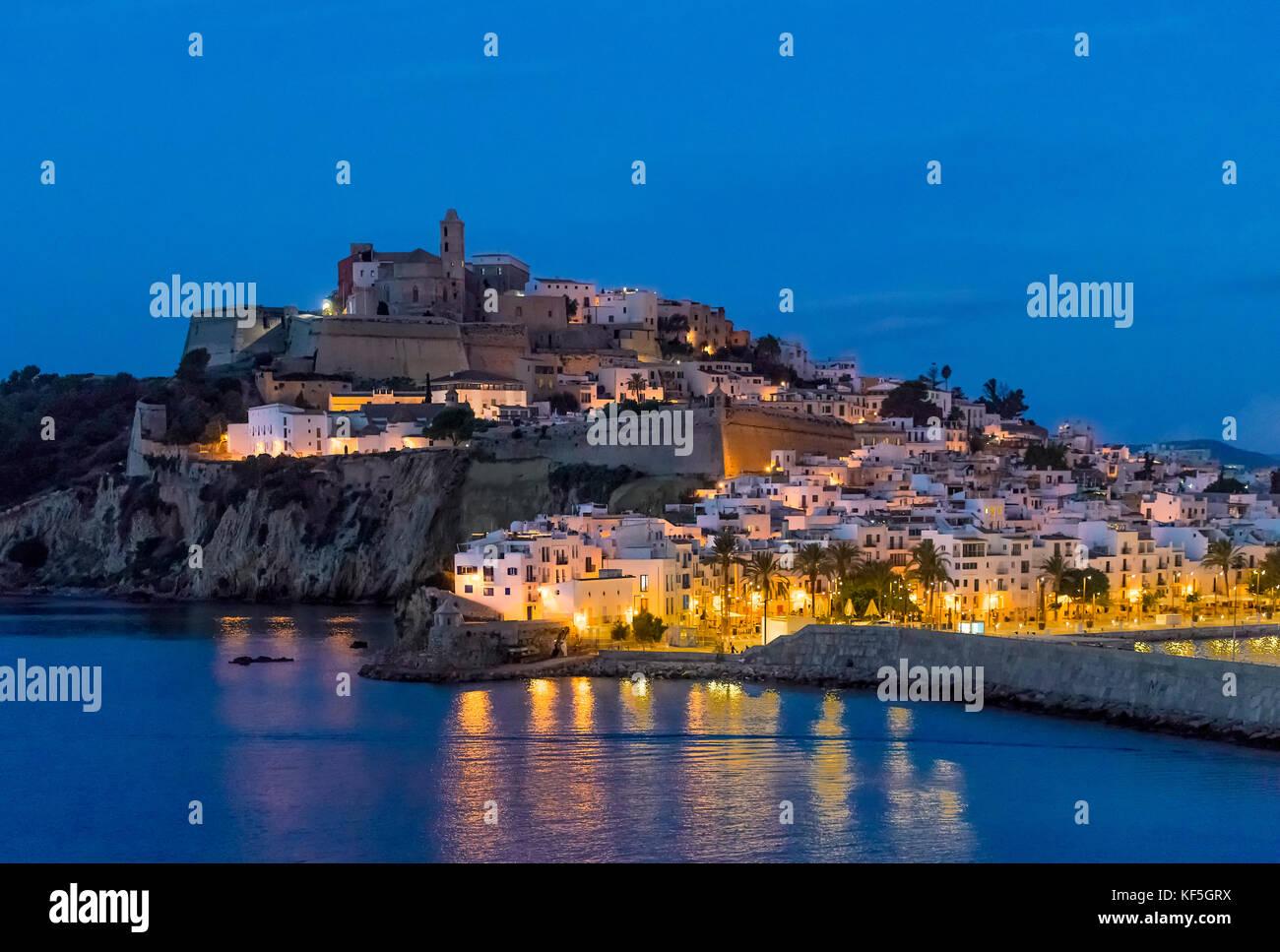 La ville d'ibiza et de la cathédrale de santa maria d'Eivissa la nuit, Ibiza, Baléares, Espagne. Banque D'Images