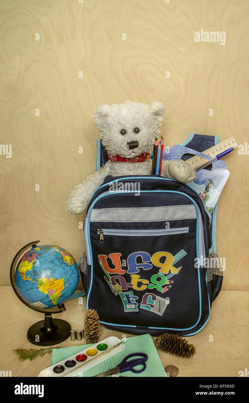 Sac à dos un premier élève à l'école avec un favori de l'ours blanc Photo Stock