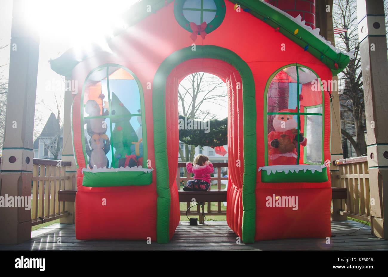 Tout-petit marche vers Noël ou vacances d'affiche. Photo Stock