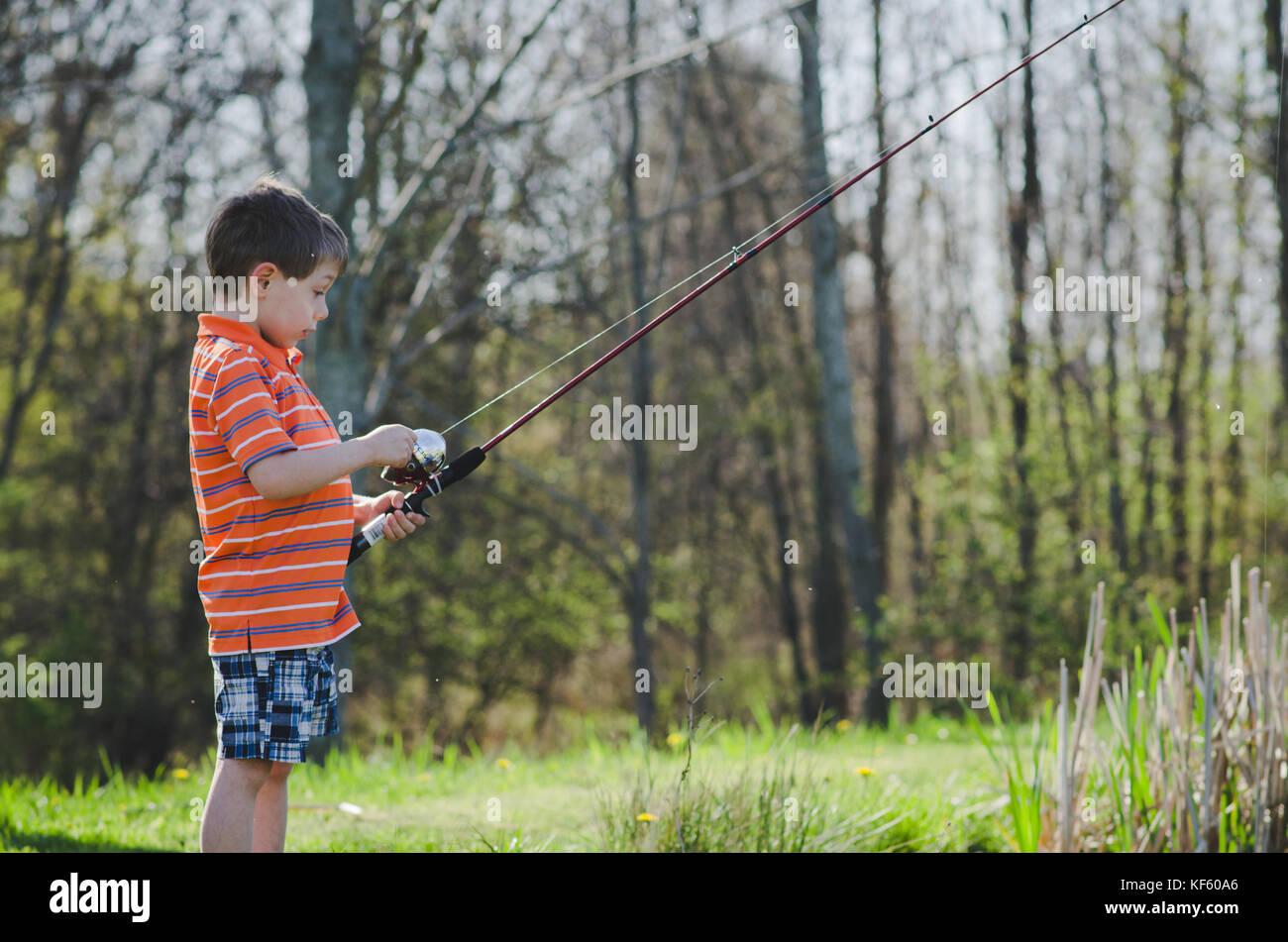 5-6 ans garçon de pêche d'un étang en été. Banque D'Images