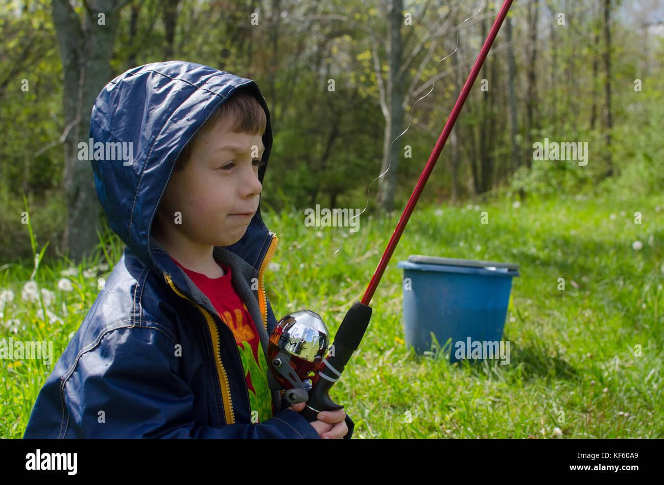 5-6 ans garçon de pêche d'un étang en été. Photo Stock