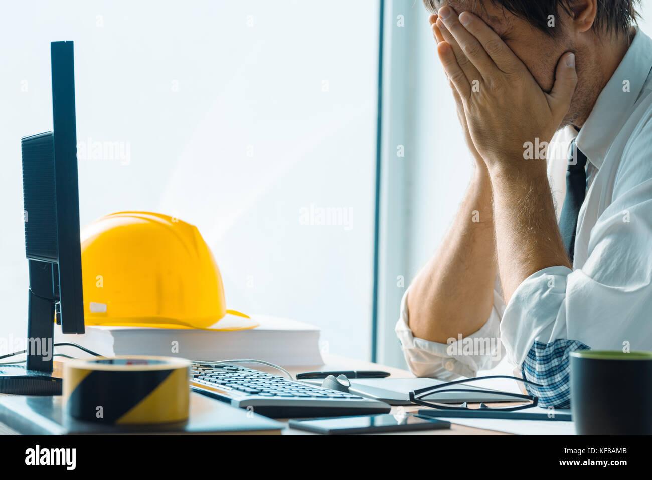 Inquiets d'intérieur professionnel travaillant à architecture studio office Photo Stock