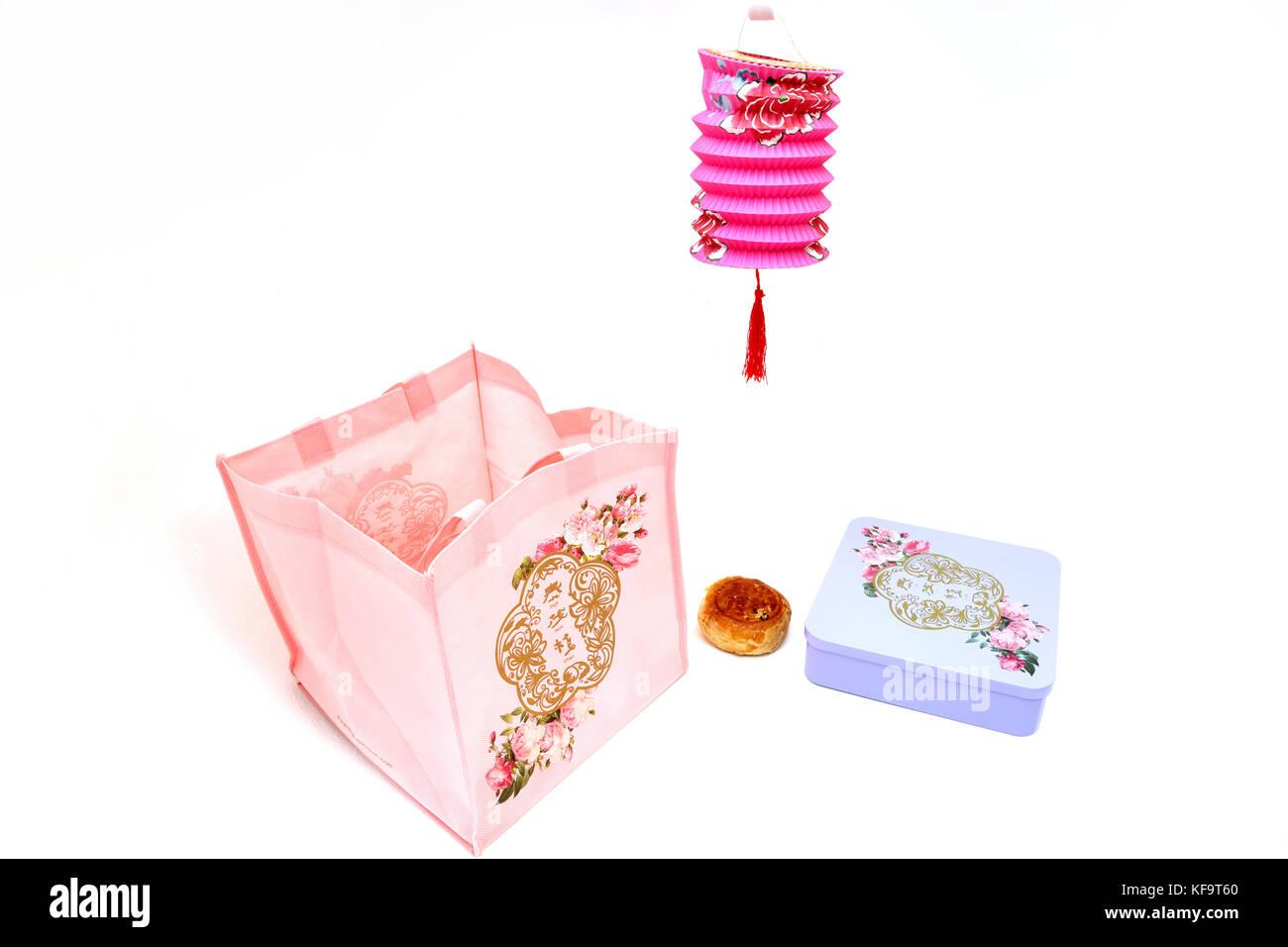 Mooncake Teochew Cadeau - Yuan Yang avec d'Œuf salé ,des gâteaux de l'étain, Thye Moh Chan Sac fourre-tout, et lampe chinoise Banque D'Images