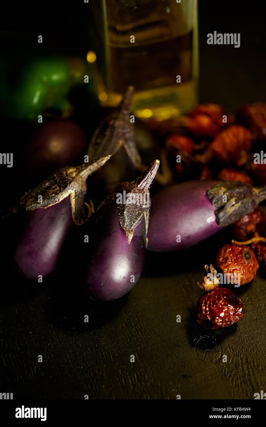Aubergine, églantier séchées et d'huile d'olive.un agréable déjeuner et harvest Photo Stock