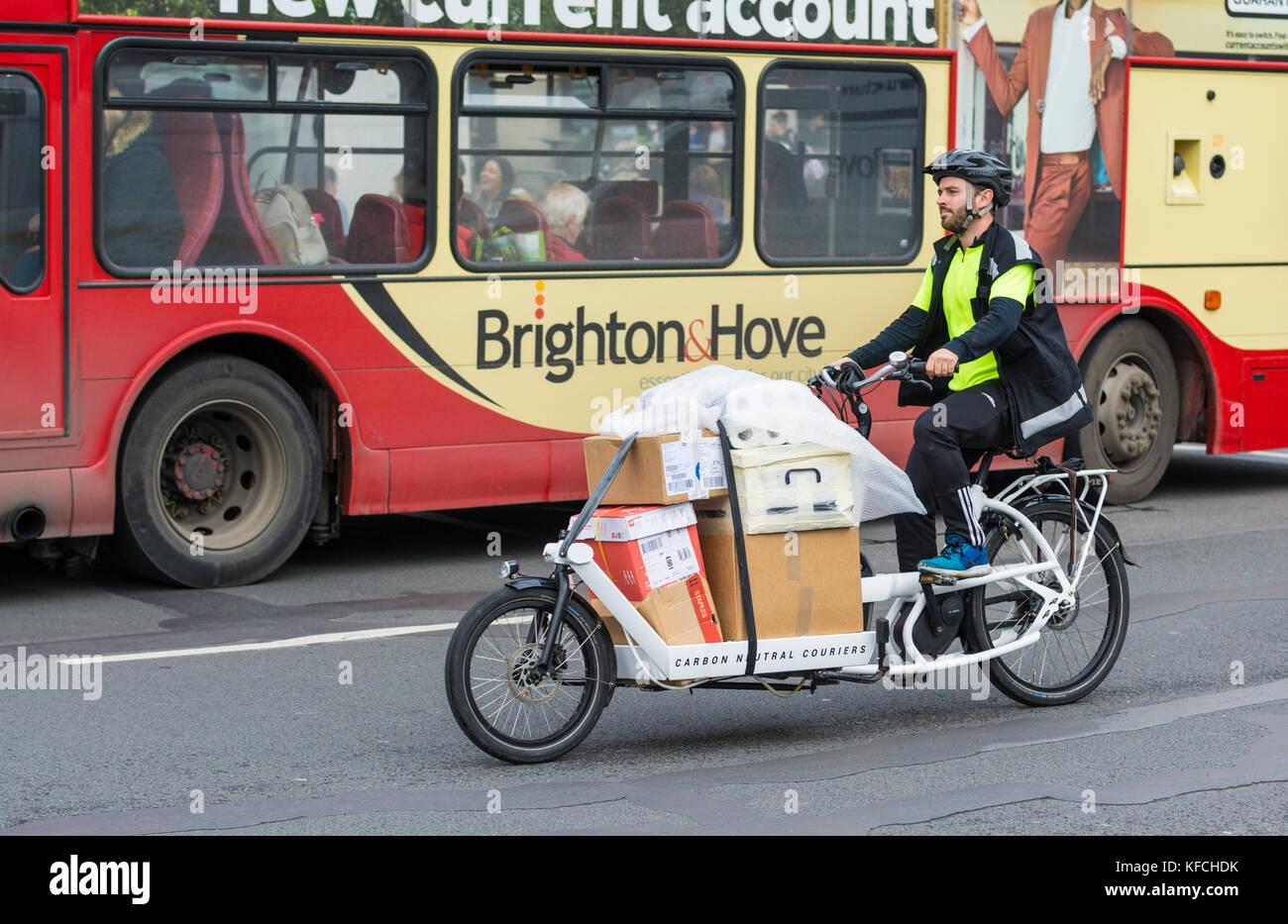 Le cycliste pédale d'un véhicule de livraison pour travail Couriers neutres en carbone, des livraisons Photo Stock