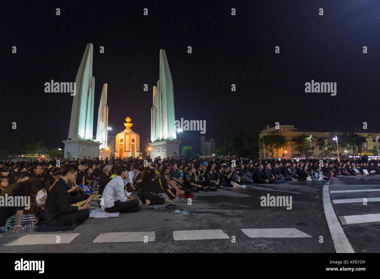 Bangkok, Thaïlande - 26 octobre: deuil non identifiés en noir s'asseoir et regarder les activités royales pour la crémation de Rama 9, l'ex-roi à côté de Banque D'Images
